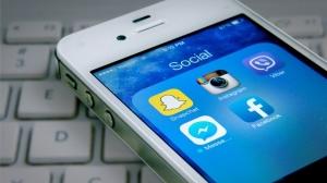 20150420215325-social-media-twitter-facebook-snapchat-viber-iphone-apple-cellphone
